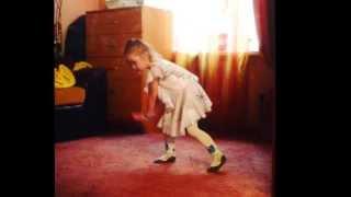 Супер малышка. Полюшка танцует
