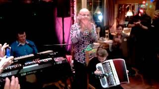 Noémie présentée par Gilou à l'auberge des Skieurs (la Chenille et la Soyotte à l'accordéon)