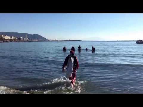 Salerno: alla spiaggia di Santa Teresa Babbo Natale arriva dal mare