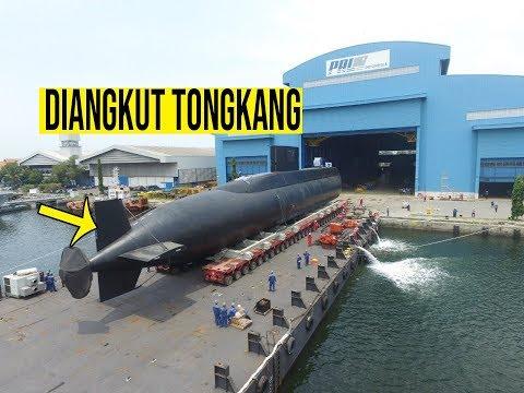 TAK BISA MENYELAM, Kapal Selam Alugoro Indonesia Diangkut Tongkang Pindah