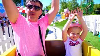 Nastya und Dad haben Spaß im Peppa Spielzeug-Vergnügungspark
