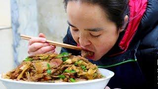 """苗大姐做""""竹笋炒肉"""",几分钟就见底了,简直无肉不欢,过瘾!【苗阿朵美食】"""