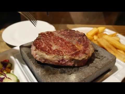 Cook your steak on a ultra-hot 440°C volcanic rock grill!