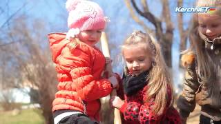 В Керчи первоклашки высадили деревья