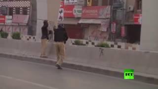 الشرطة الباكستانية تفرق بالغاز المسيل للدموع متظاهرين مؤيدين للزعيم المعارض
