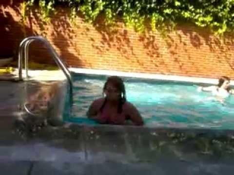 12 tetas en la piscina chatroulette omegle 09 doovi for Descuidos en la piscina