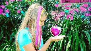 ЧТО ЭТО??? НАШЛА странный ДОМ! Как Алиса в стране чудес.  Видео для детей .