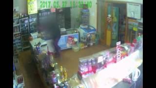 Грабитель с сиреневых штанах напал на магазин в Самарской области