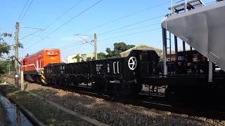 7202次貨物列車與123次自強號通過大林鎮中興路地下道