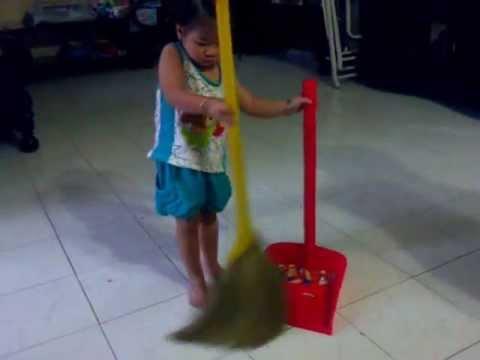 bé tập quét nhà