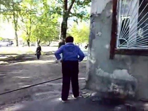 Нудисты писают на улице