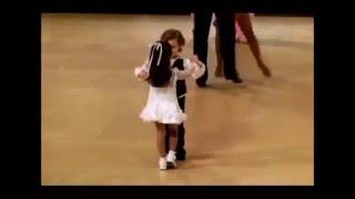 Дети танцуют спортивные бальные танцы,