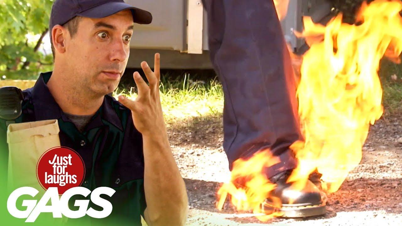 مقلب مضحك 2020 شرطي يحرق  ساق زميله و يتهم الماره بذلك