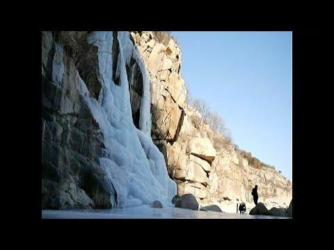 Vista deslumbrante da queda de água gelada na montanha de Tai Shan