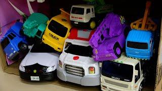 いろんな車のおもちゃ はたらくくるま 板の坂道下って穴の中に突入