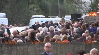Papa Francesco va in periferia alla parrocchia di Corviale, a centinaia lo acclamano