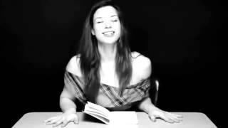 Repeat youtube video Chica Hermosa Trata de leer mientras Tiene un Orgasmo.