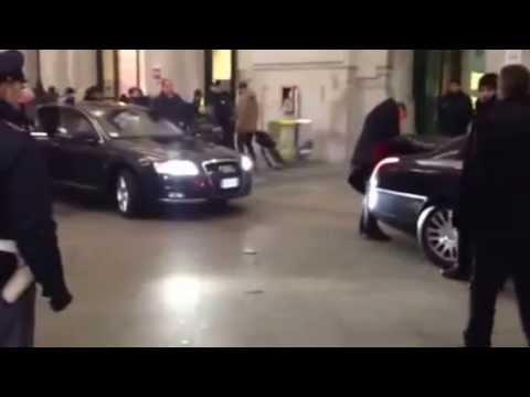 Auto blu entrano in Stazione Centrale a Milano per prelevare Monti