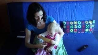 Игры для обучения чтению. Полина Кондратюк и Соня (1, 7) играют с карточками по методике Тепляковой