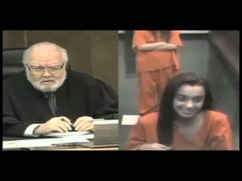 Joven hace seña obscena a juez de Miami