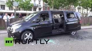Furieux, des chauffeurs de taxi parisiens renversent des voitures Uber