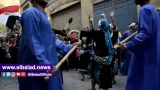 أهالي شارع المعز يطلقون الزغاريد فرحا بفرق الطبول الدولية.. فيديو و صور