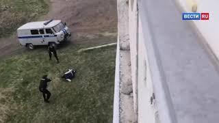 Смотреть видео Новокузнецкий дебошир с заточкой вынудил полицейских открыть огонь   Россия 24 онлайн