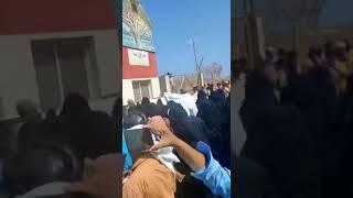 تظاهرات لادوات الامارات امام مطار جزيرة سقطرى ضد السعودية بدعم ضابط اماراتي