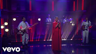 Jessie Ware – Selfish Love (Late Night With Seth Meyers) Glasshouse...