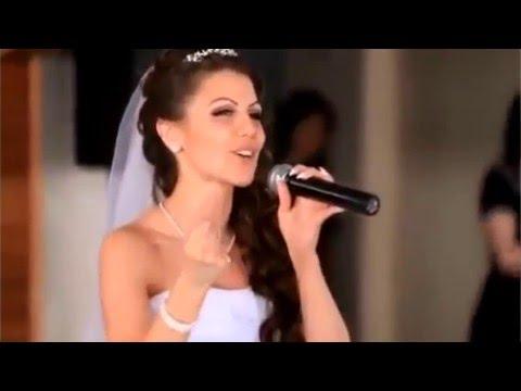 девушка поет слушать видео