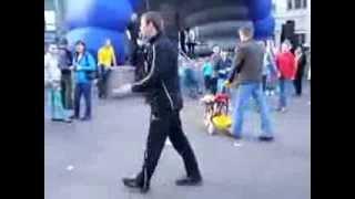 чувак заразительно танцует на детском празднике