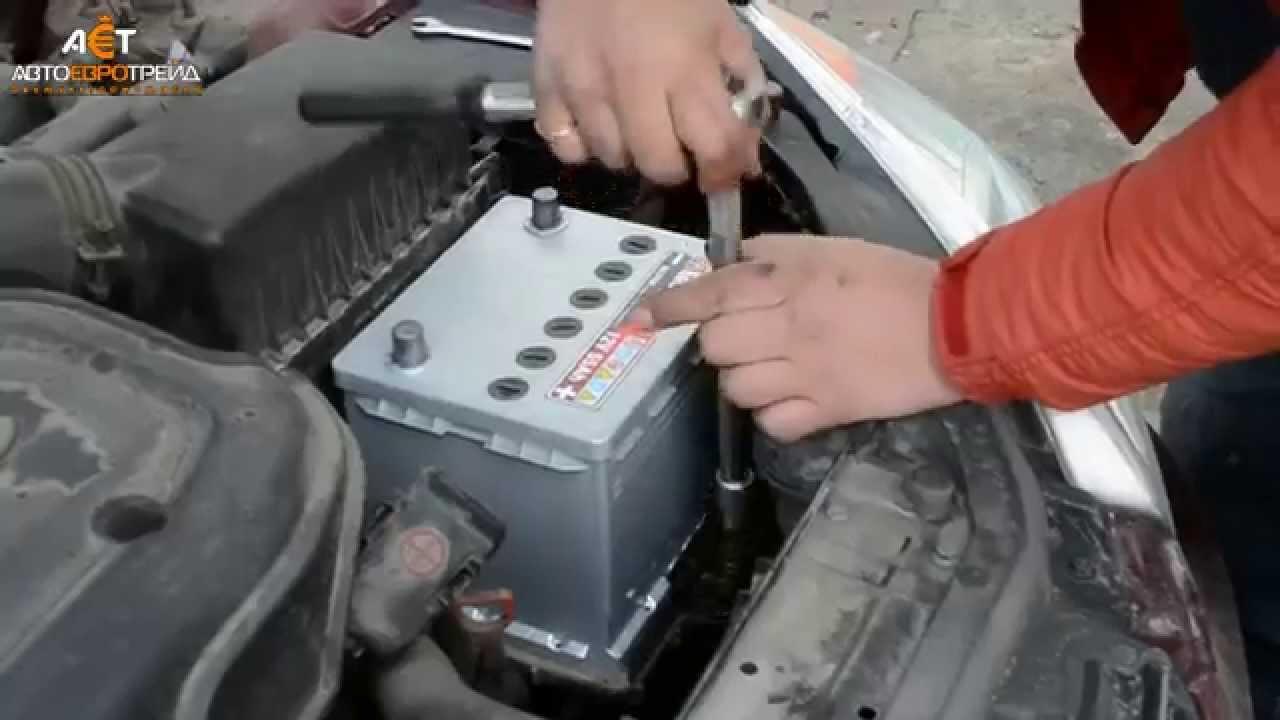 как снять аккумулятор с машины киа рио