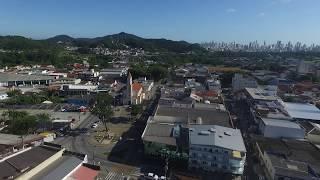 Vista (drone) da histórica Matriz Divino Espírito Santo, até fundos do Colégio ANGLO