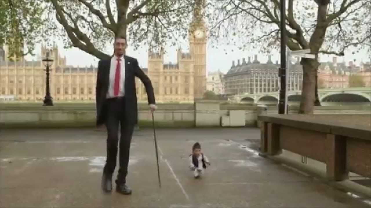 Homme le plus grand du monde rencontre le plus petit