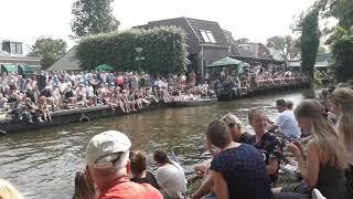 Sfeervol Aldtsjerk met honderden  mensen die wachten op Maarten  van  der  Weijden