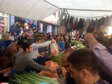 Davutoğlu, Çarşamba Pazarı'nı gezdi, sebze sattı
