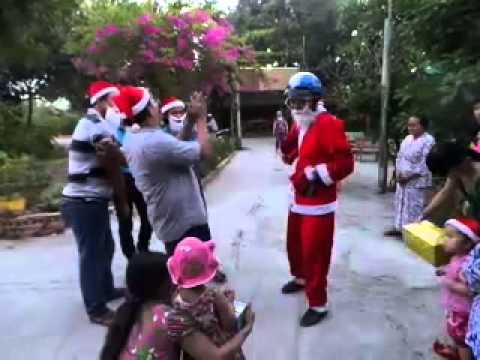 Ông Già Noel đến và tặng quà cho các bé ở Quán Miệt Vườn