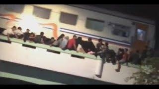 Download Video 3 Tewas Tertabrak Kereta saat Perayaan Hari Pahlawan - BREAKINGNEWS MP3 3GP MP4