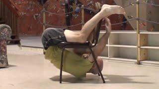 Se rasuceste in jurul scaunului fara a atinge podeaua! Tare rau!