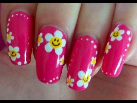 Diseño De Uñas Con Flores Con Esmalte. Decoraciones de Uñas