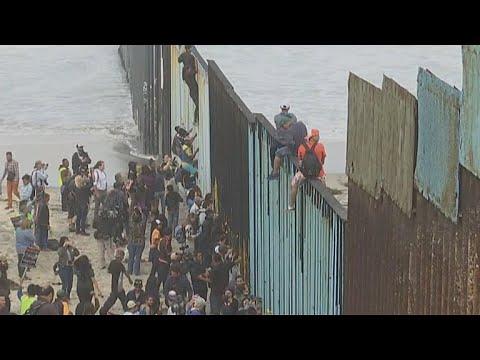 Caravan of Central American migrants reach U.S. border