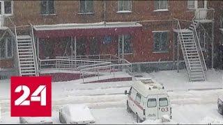 В Новокузнецке ледяная глыба упала на двоих детей и женщину