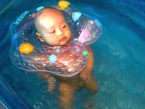 Dedek Hanif (2,5 bulan) berenang Travel Video