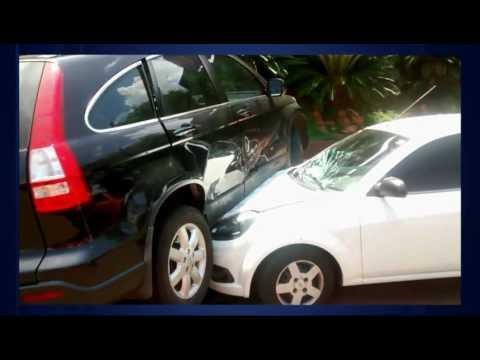 Carro para em cima de outro veículo após acidente