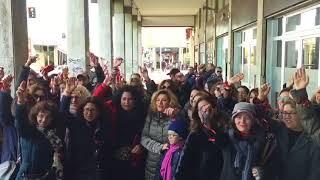 Sit-in dei Nastrini rossi: «Garantire il rientro dei docenti assunti al Nord per il prossimo anno»