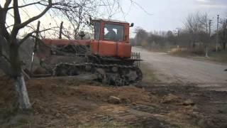 Бульдозер  ДТ 75 строит дорогу