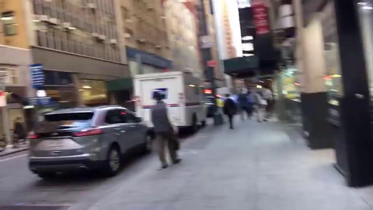 9/22 walking 5 Ave NYC 纽约五大道摆摊火爆 品牌店门前摆A货
