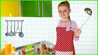 Настя помогает маме готовить. Сладкое шоколадное блюдо Для детей