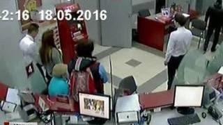 Захват заложников в банке МКБ 18 мая попал в объектив камеры видеонаблюдения