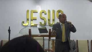 Cantor Moisés Brito adorando a Deus em Ribeirão-PE